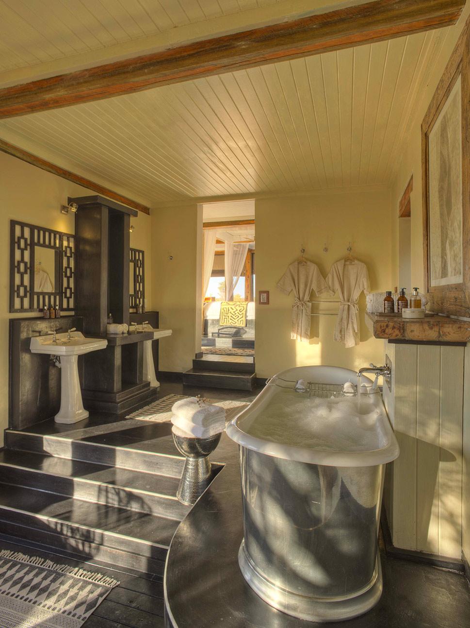 Bath-feline-fields-pool-suite